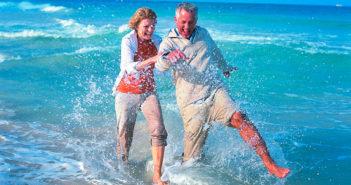 Fit im Alter – Ehepaar am Meer ohne Knochenschmerzen (Foto © DAK-Gesundheit)