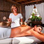 Klangschalen Massage im Hotel Mirabell (Foto © Hotel Mirabell)