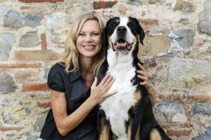 Nina Ruge schützt ihre Hunde vor Parasiten (Foto: Bayer HealthCare)