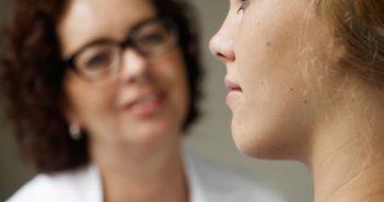 Brustkrebs im Frühstadium - Ärztin und Patientin (Foto: Roche)