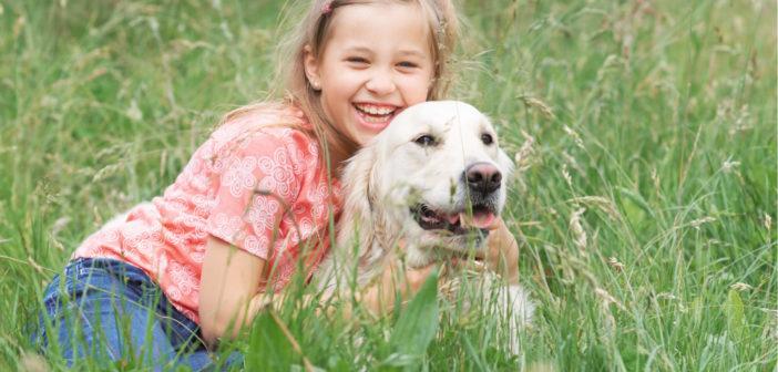 """Mädchen und Hund - Zeckenschutz-Kampagne """"Zeckurity"""" (Foto: © Bayer)"""