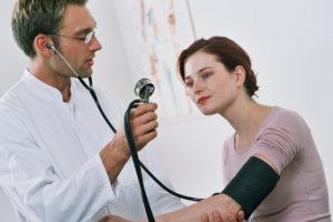 Arzt misst den Blutdruck einer Patientin (Foto © DAK Gesundheit)