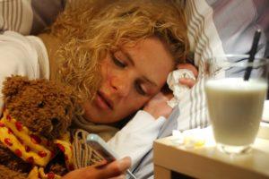 Frau mit Erkältung liegt im Bett (Foto © DAK Gesundheit)