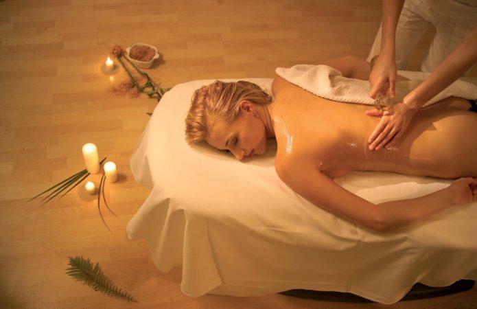 Aromaölmassage (Foto © https://www.auerhahn.net/wellnesshotel-schwarzwald/wellness/)