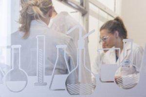Krebsforscherinnen mit Glaskolben (Foto: © Roche)