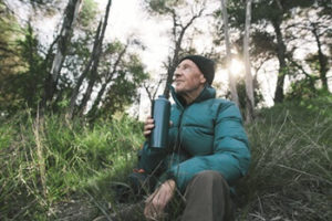 Mann im Wald (Foto: Stocksy_txp82ea0310ove100_Large_982807_bearb_cmyk © Roche, Stocksy)