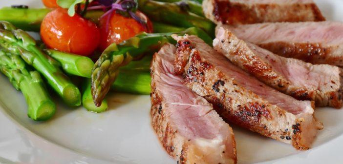 Fleisch und Gemüse sind gut für low Carb & eiweißreiche Ernährung