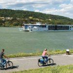Radtour entlang der Donau - Im Hintergrund die MS Primadonna