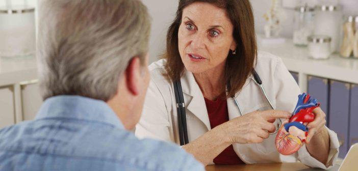Patient mit Herzschwäche lässt sich vom Facharzt beraten
