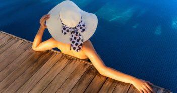 Frau relaxt im Pool