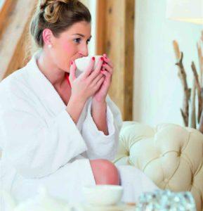 Frau trinkt Tee und macht Wellness im Achental
