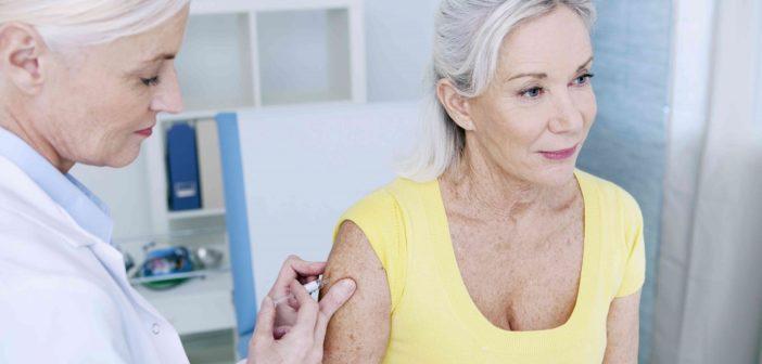 Ärztin impft ältere Patientin mit Gürtelrose Impfung