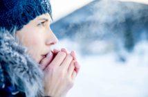 Junge Frau mit kalten Händen