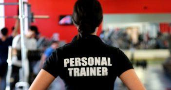 Personal Trainer in einem Fitnessstudio