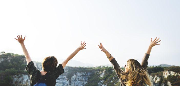 Zwei Frauen im Urlaub freuen sich, dass sie keine Reisekrankheiten haben