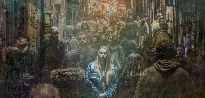 Schizophrenes Mädchen in Menschenmenge