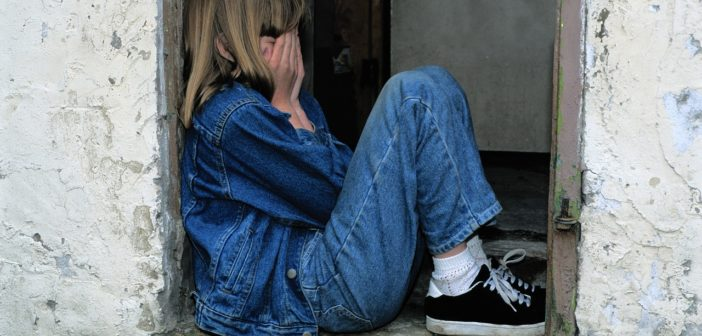 Trauriges Kind, das an Schizophrenie leidet