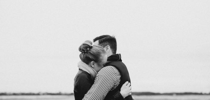 Frau und Mann mit Schizophrenie umarmen sich