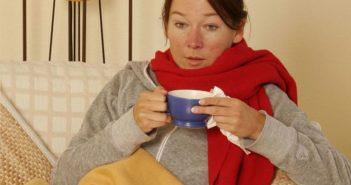 erkältete Frau mit roter Nase