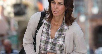 Frau mit Magenbeschwerden