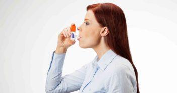 Frau mit Asthma inhaliert