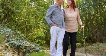 älteres Paar ist zusammen in der Natur unterwegs