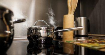 Kochtopf dampft auf einer Herdplatte