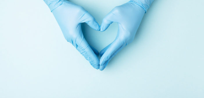 zwei hellblaue medizinische Handschuhe