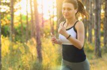 Frau beim Laufen im Wald