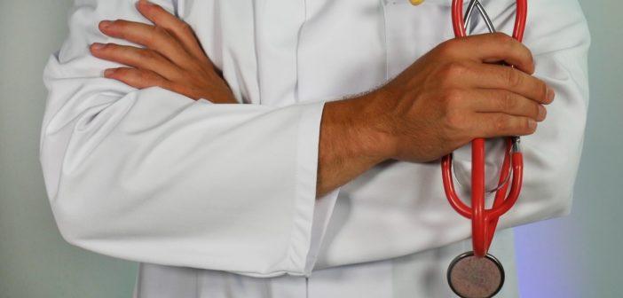 Bild eines Arztes mit Stethoskop in der Hand