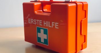 erste Hilfe Kasten in Orange