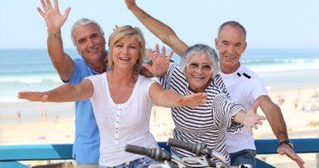 4 Menschen gemischten Alters stehen an der Strandpromenade