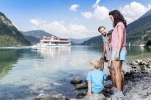 Familie mit 2 Kindern sitzt am Achensee