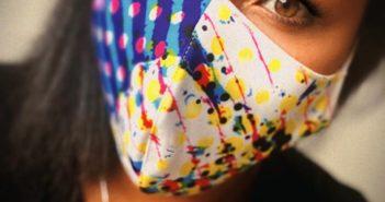 Mädchen mit Designer Maske