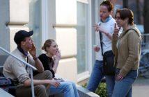 4 junge Menschen beim Rauchen