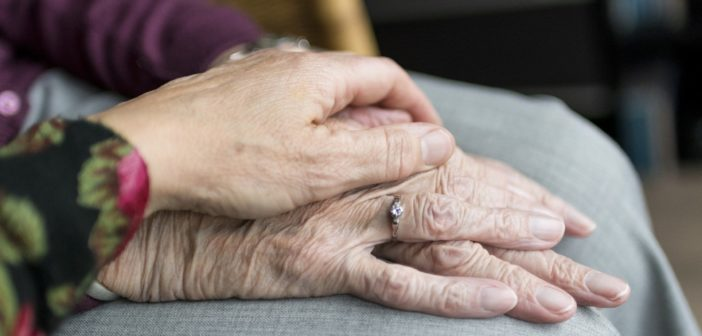 Person hält Hand einer anderen Person