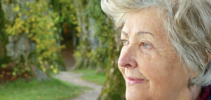 ältere Frau die unter Spätfolgen der Gürtelrose leidet