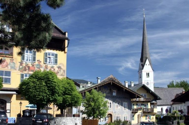 Radtouren Bayern Kirche im Dorf neben Häusern