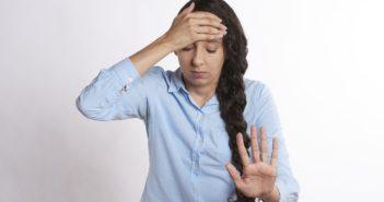 Frau mit vestibulärer Migraene - Schwindel, Kopfschmerzen und Gleichgewichtsstörungen treffen bei einer vestibulären Migräne aufeinander