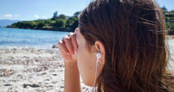 Frau mit Migräne sitzt in der Natur und meditiert