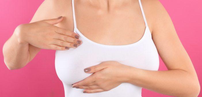 Frau tastet ihre Brust auf Brustkrebs ab
