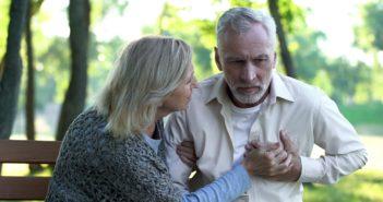 Mann erleidet in einem Park einen Hinterwandinfarkt / Herzinfarkt