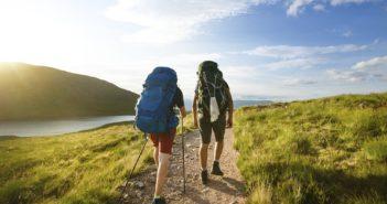 Touristen beim Wandern durch die Berge