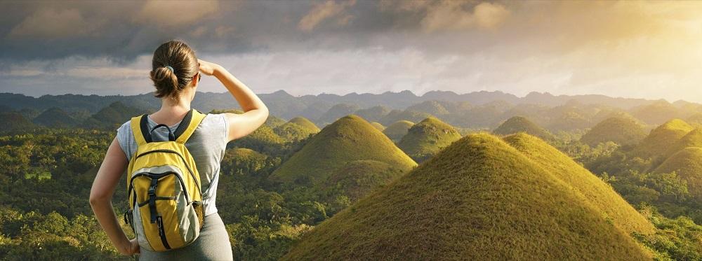 Wandererin schaut auf ein Gebirge