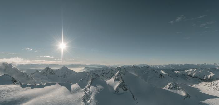 Alpen schneebedeckt bei Sonnenschein