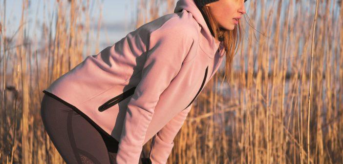 Frau mit Astma macht Pause beim Laufen