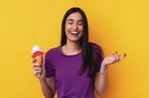 Junge Frau glücklich mit einem Eis in der Hand