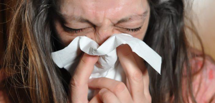 Frau mit Schnupfen / Erkältung