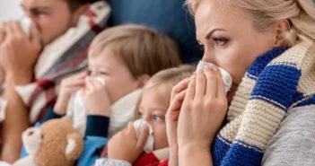 ganze Familie leidet unter einer Erkältung und putzt sich die Nase