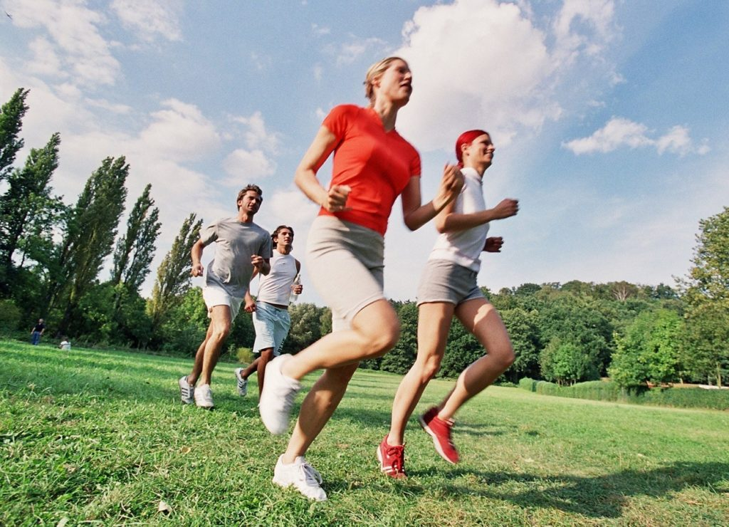 Mehrere Personen beim Laufen in der Natur